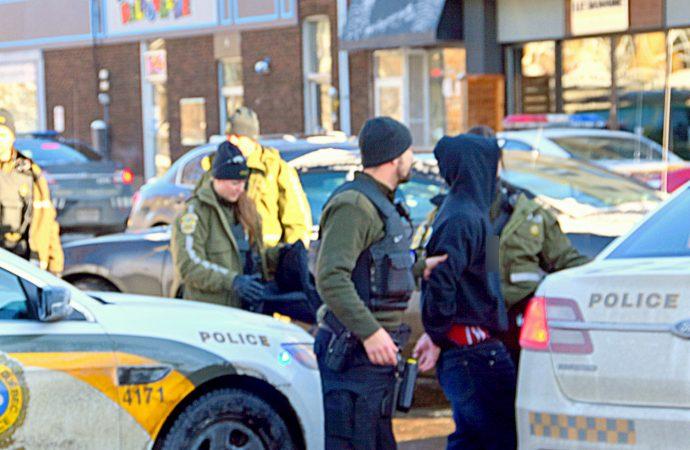 Un adolescent arrêté après avoir déambulé avec une arme blanche dans un secteur scolaire