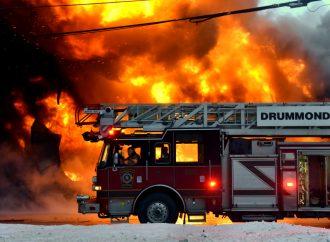 Incendie majeur dans un entrepôt et garage de pneus à Drummondville