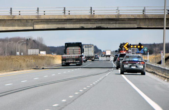 Incident impliquant un fardier et un viaduc autoroutier sur l'autoroute 20 près de Drummondville