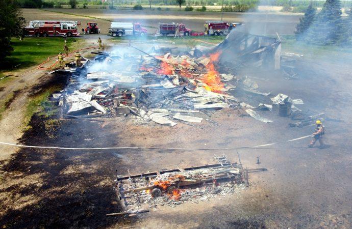 Un imposant bâtiment agricole part en fumée à Saint-Cyrille-de-Wendover