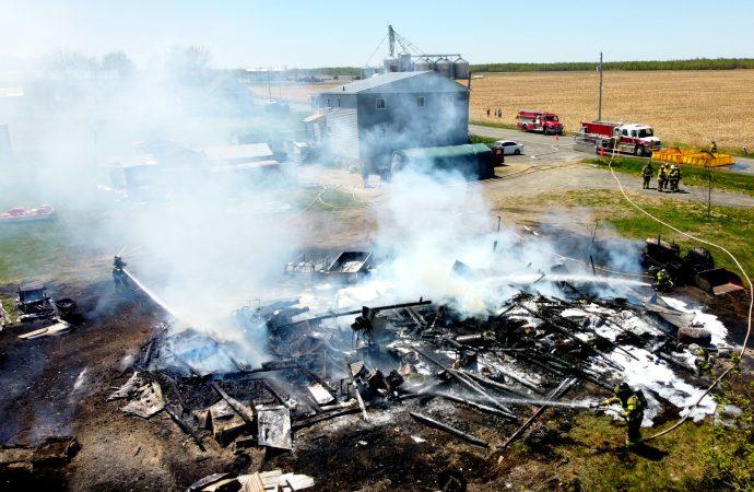 Un incendie détruit un imposant garage agricole à Sainte-Brigitte-des-Saults