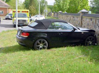 Il confond les pédales de sa BMW et termine sa manoeuvre… dans le mur