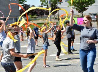 """Déconfinement : 125 élèves du primaire de Drummondville vous présentent positivement """"la danse arc-en-ciel''"""