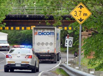 """Un poids lourd percute """"encore' le pont ferroviaire à Drummondville"""