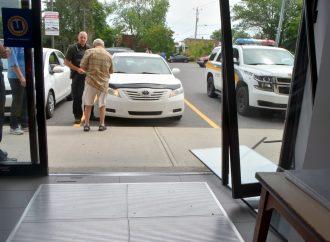 """Un octogénaire fait accidentellement """"irruption"""" dans une pharmacie avec sa voiture à Drummondville"""
