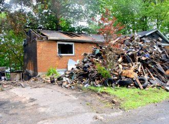 Une maison endommagée et un garage détruit par un incendie d'origine électrique à Drummondville.