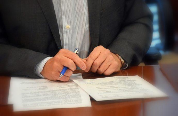 L'opposition officielle demande à la Vérificatrice générale d'enquêter sur les contrats de gré-à-gré du gouvernement