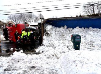Un camion de neige se renverse sur la route 122 à Saint-Germain-de-Grantham
