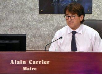 Le maire Alain Carrier répond et se rétracte à l'endroit du conseiller municipal John Husk