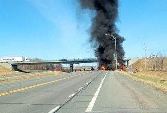 Un face-à-face entre un camion lourd et un véhicule provoque un incendie et la fermeture de l'autoroute 55
