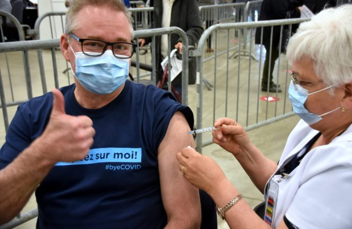 C'était au tour du député du Bloc Québécois, Martin Champoux, de recevoir son vaccin à Drummondville