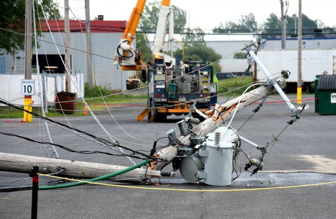 Un camionneur sectionne avec fracas 3 poteaux d'hydro-électricité à Drummondville