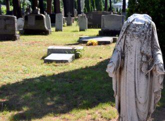 Un cimetière, des pierres tombales et symboles religieux vandalisés à Drummondville