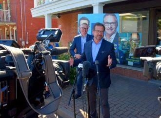 Le chef du Bloc québécois Yves-François Blanchet et le candidat dans Drummond Martin Champoux rappellent aux citoyens l'importance d'aller voter